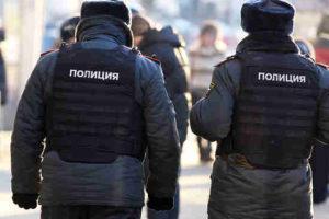 «Бьет за дело»: полицейский «разобрался» с детьми в ледовом городке
