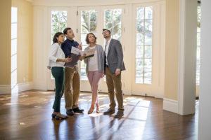 Продавать квартиру через агентство – это удобно?